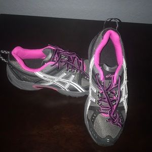 Woman's ASICS running shoe NWOTB 7 1/2 US